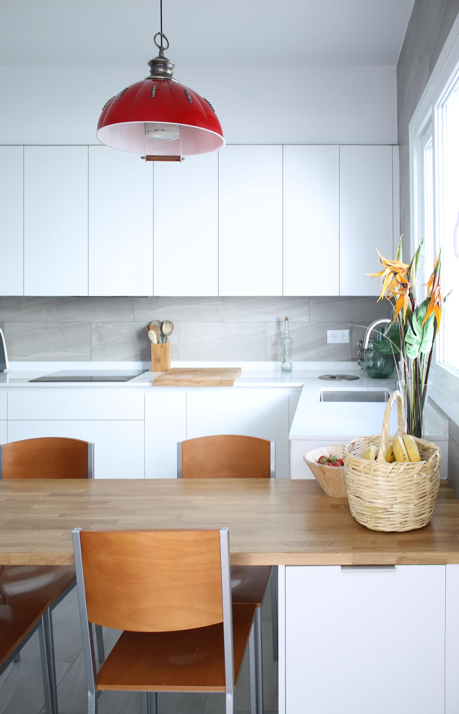 Cocina con muebles, mesa a medida y despensa en hueco de ...